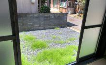 和室の窓を開けると南側のお庭。目線も気にならず開放的です。
