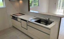 食洗機付き、3つ口IHコンロのシステムキッチン。お掃除しやすくてかっこいい換気扇です。(キッチン)