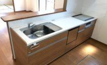 食洗機付き、IH3つ口コンロのシステムキッチン。タカラ製。トップは人工大理石で傷や汚れが付きにくい仕様です。いつまでも綺麗に使っていたいですもの。(キッチン)