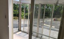 広々サンルーム。鍵付きのガラス戸で囲われているので虫や花粉が付きません。これは便利。