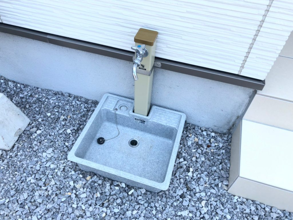 駐車場側に立水栓。こまめに洗車ができます。子供の汚れた靴もざぶざぶ洗えます。