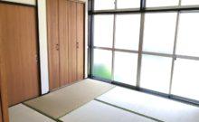大きな窓のある和室。窓の外は南側の庭です。解放感があり、爽やかで気持ちの良い和室です。
