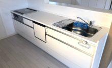 オール電化。3つ口IHコンロの広々システムキッチンへ交換。食洗機付き。レンジフードは掃除しやすいスリム型でスタイリッシュです。(キッチン)