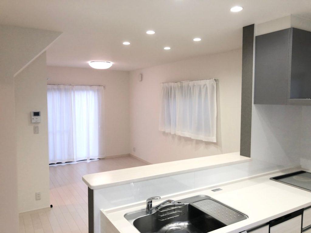家具次第でどんな雰囲気にも変えられる白ベースの内装。家具選びが楽しみです♪(居間)