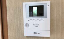 TVモニターホン。インターホンを押した訪問者がモニターに映ります。ボタンを押すと通話ができます。モニターで外の様子を確認することもできます。