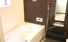 ブラウンのアクセントパネルが高級感のある1坪風呂。追い炊き機能や自動湯張り機能も付いてます♪(風呂)