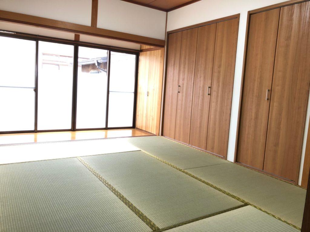 木目の建具と畳のコラボで素敵な和室に♪縁側の外は駐車場なので、周りの目をに気にせずのびのびできます。