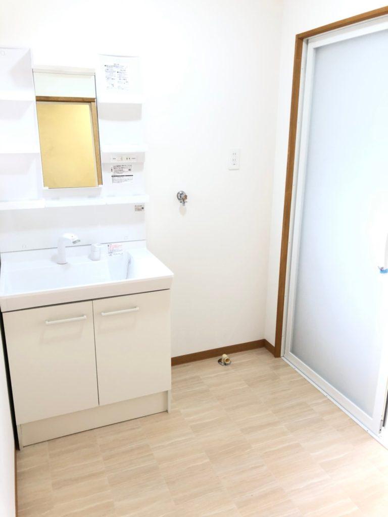 洗面台交換、床、クロス交換しました。明るくて清潔感のある洗面室です。