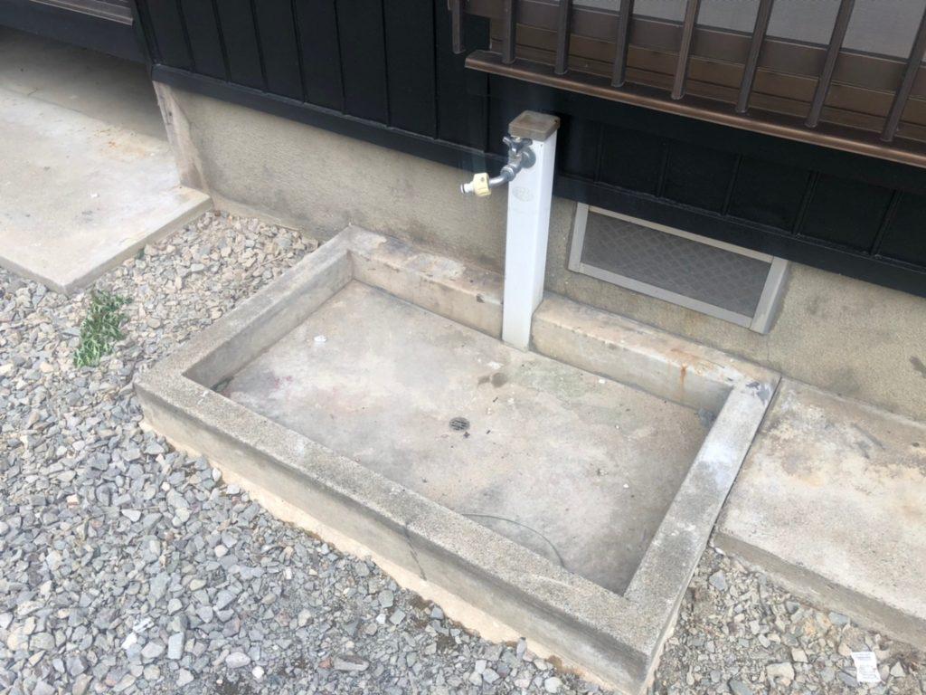 駐車場に立水栓あり。洗車もできちゃう。