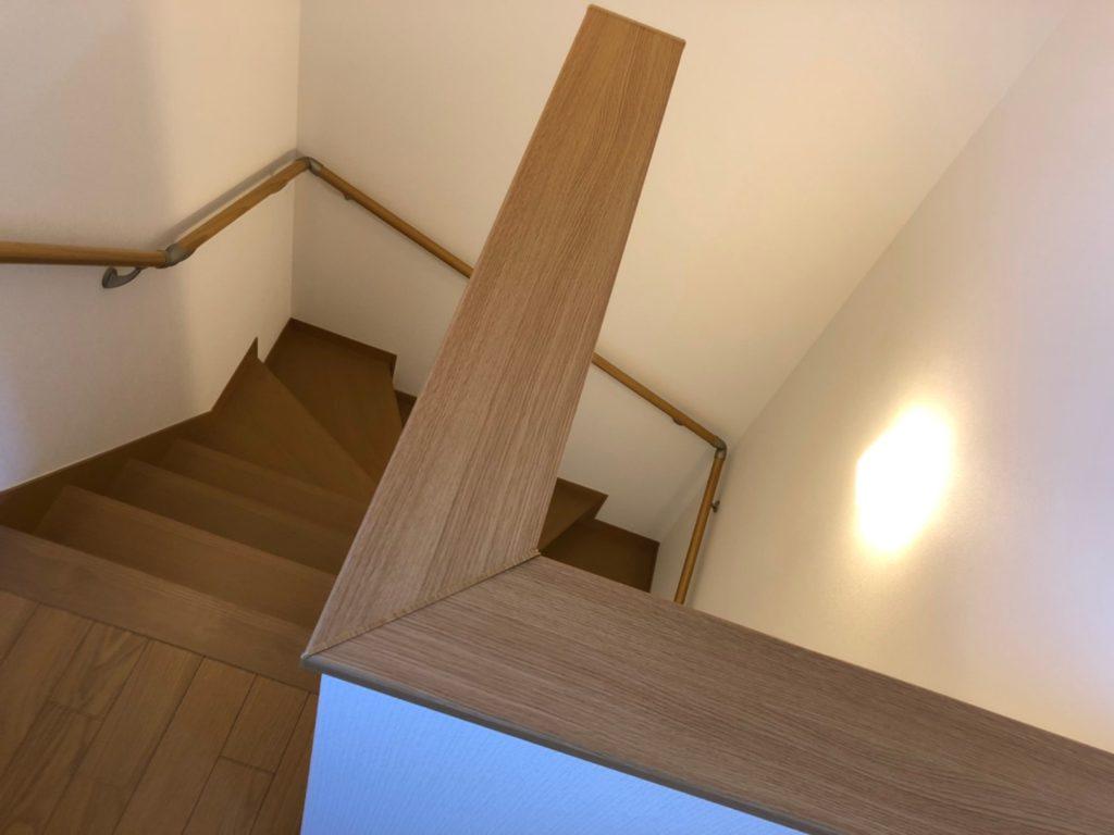 まっすぐじゃない階段。こけても止まるのでちょっと安心。