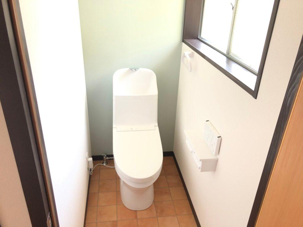 温水洗浄暖房便座へ新品取替。床、壁張替えました。