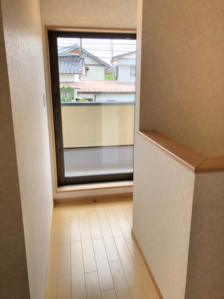 バルコニーへ続く2階廊下。寝室などについているバルコニーは洗濯物が干しにくいので廊下に付けました。大きな掃き出し窓を設置することで2階全体が明るく、風通しが良いです。(内装)