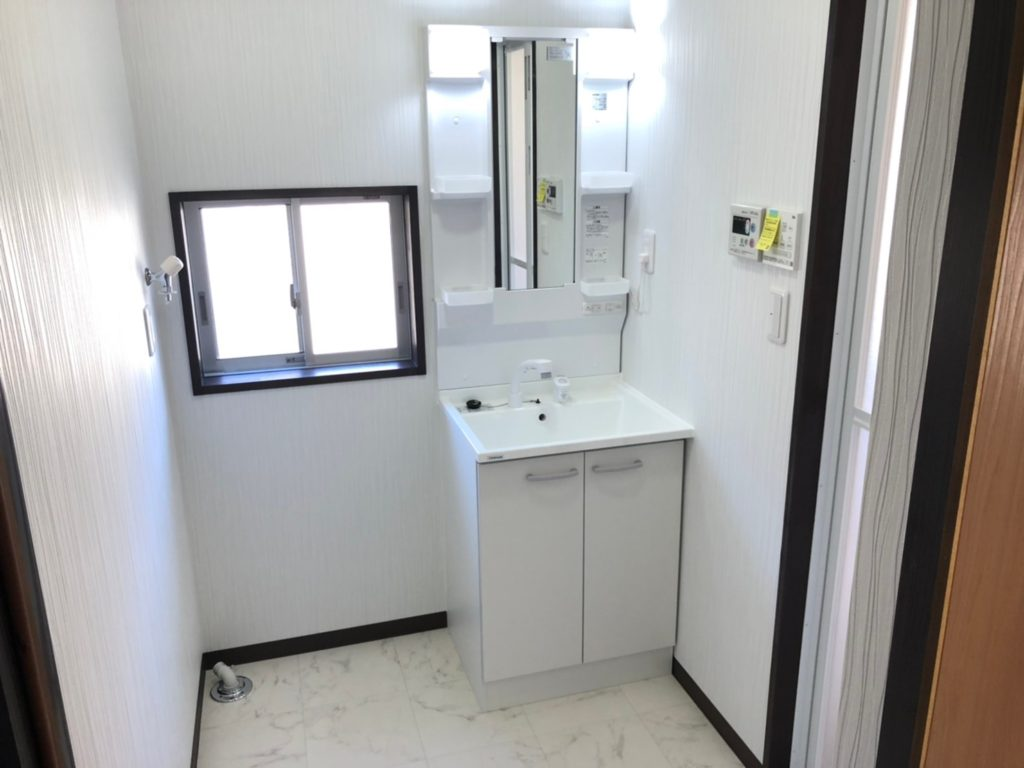 洗面台新品取替、床、壁張替えしてます。洗濯機置き場は洗面台の左横です。