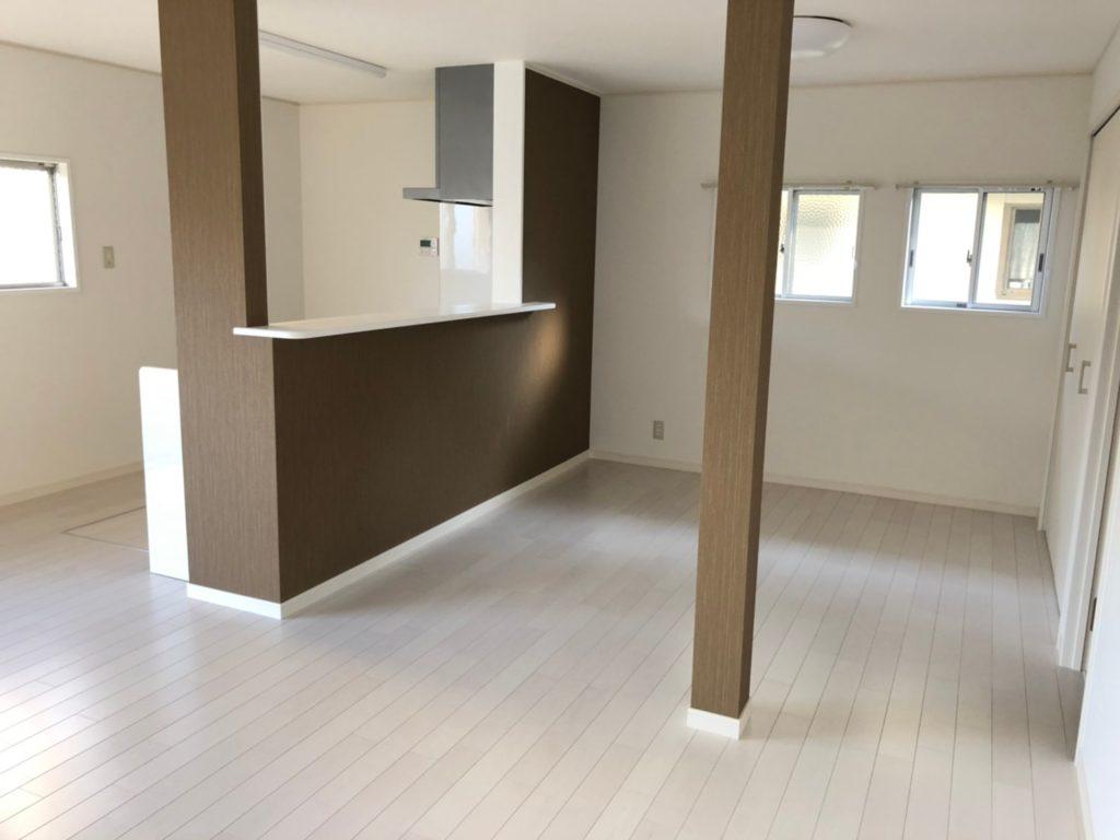 対面キッチンのリビングへ改装。床やクロスの張替えを行い明るい内装になりました。キッチン前にはダイニングセットが置けます。(居間)