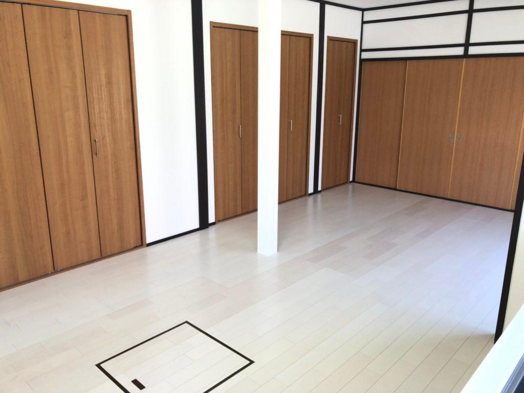 白い木目の床と、扉の木目の組み合わせが素敵です。