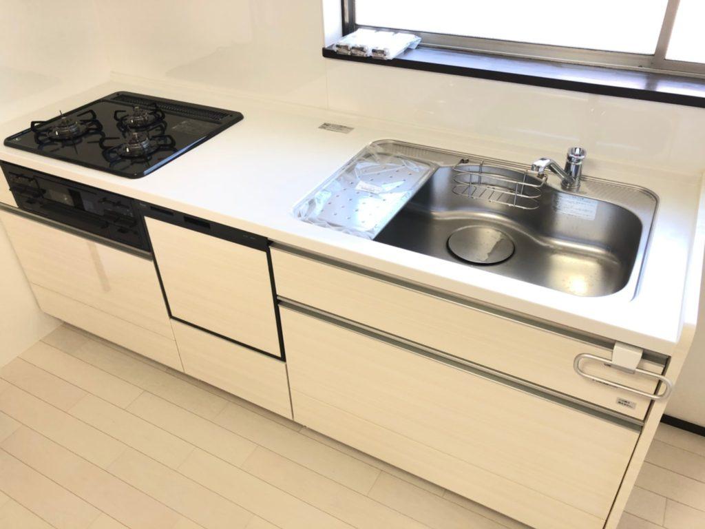 食洗機付きのシステムキッチンへ取り替えました。都市ガス3つ口コンロ。魚焼きグリルも付いてます。