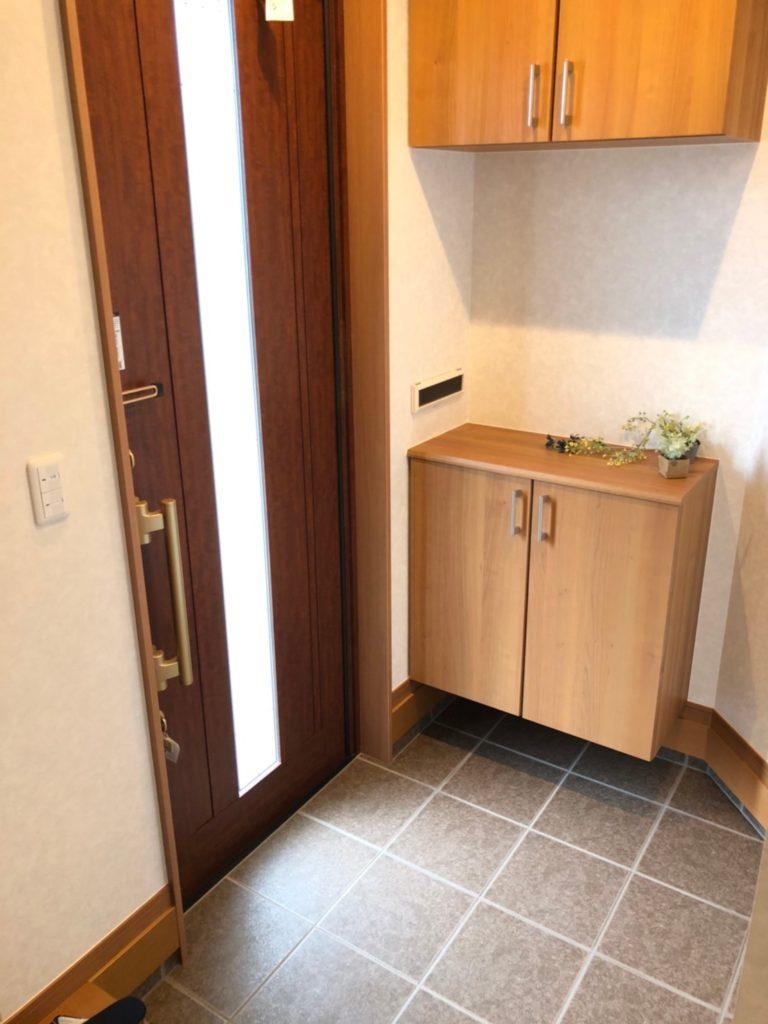 光の入る玄関ドア♪閉めていても明るいです♪下足箱の上に郵便物が入ります。新聞をそとまで取りに出なくていいですね♪(玄関)