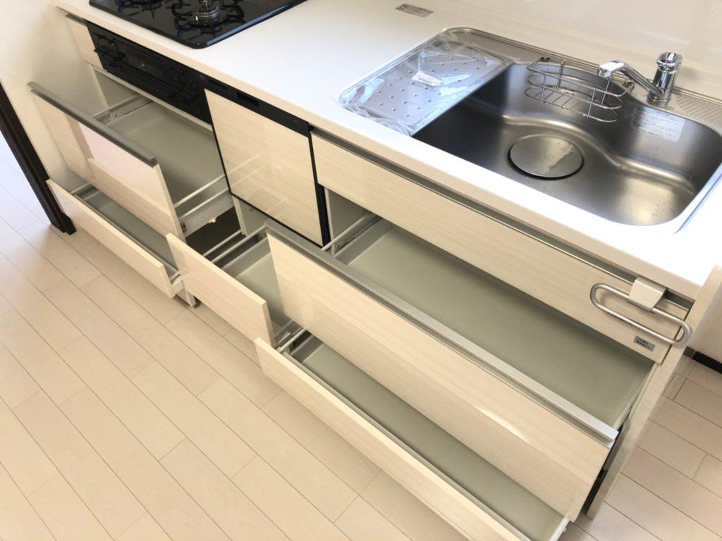 システムキッチンは引出式の収納。たっぷり入ります。