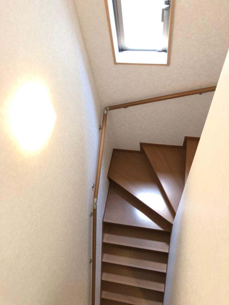 窓のある明るい階段。ストレートの階段ではないので安心です。手すりも付いてます。(内装)