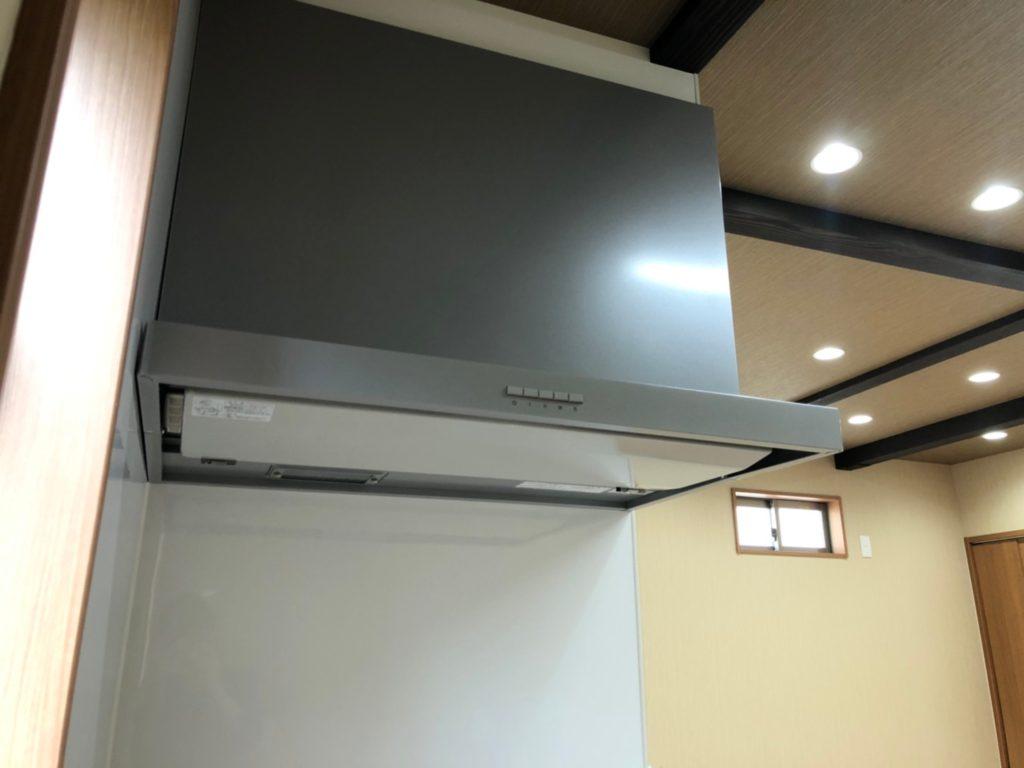 換気扇はスタイリッシュでお掃除しやすいスリム型です。(キッチン)