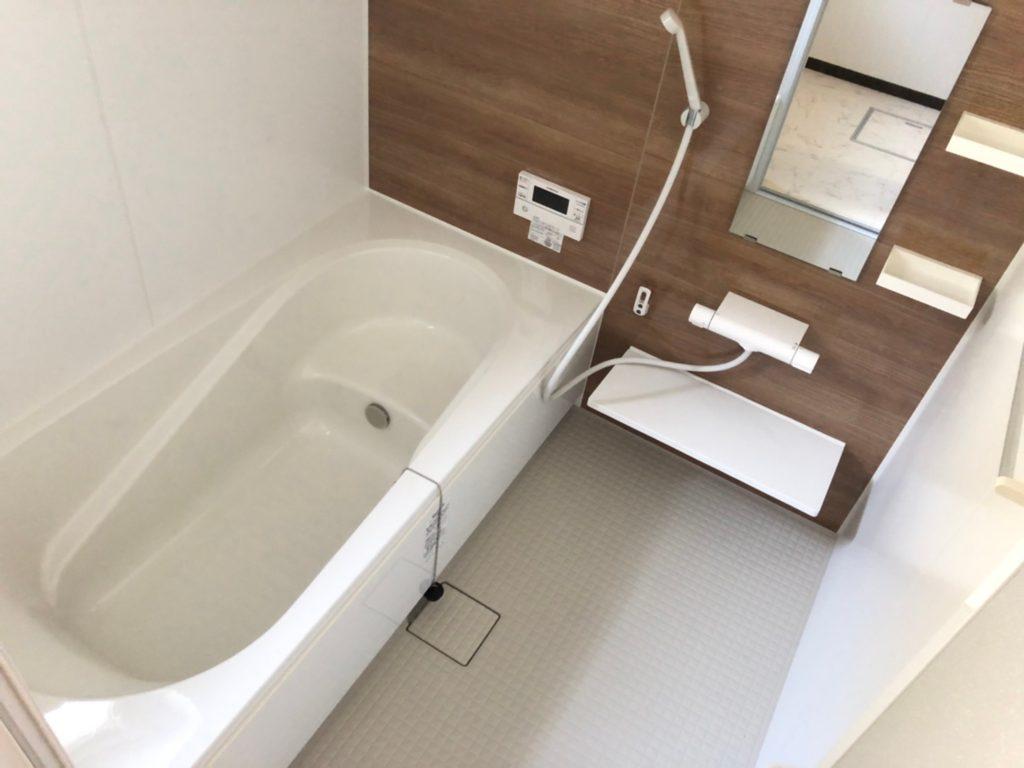 一坪サイズのお風呂は換気乾燥暖房機付き。衣類乾燥や冬場の暖房、夏の涼風まで快適です。(風呂)