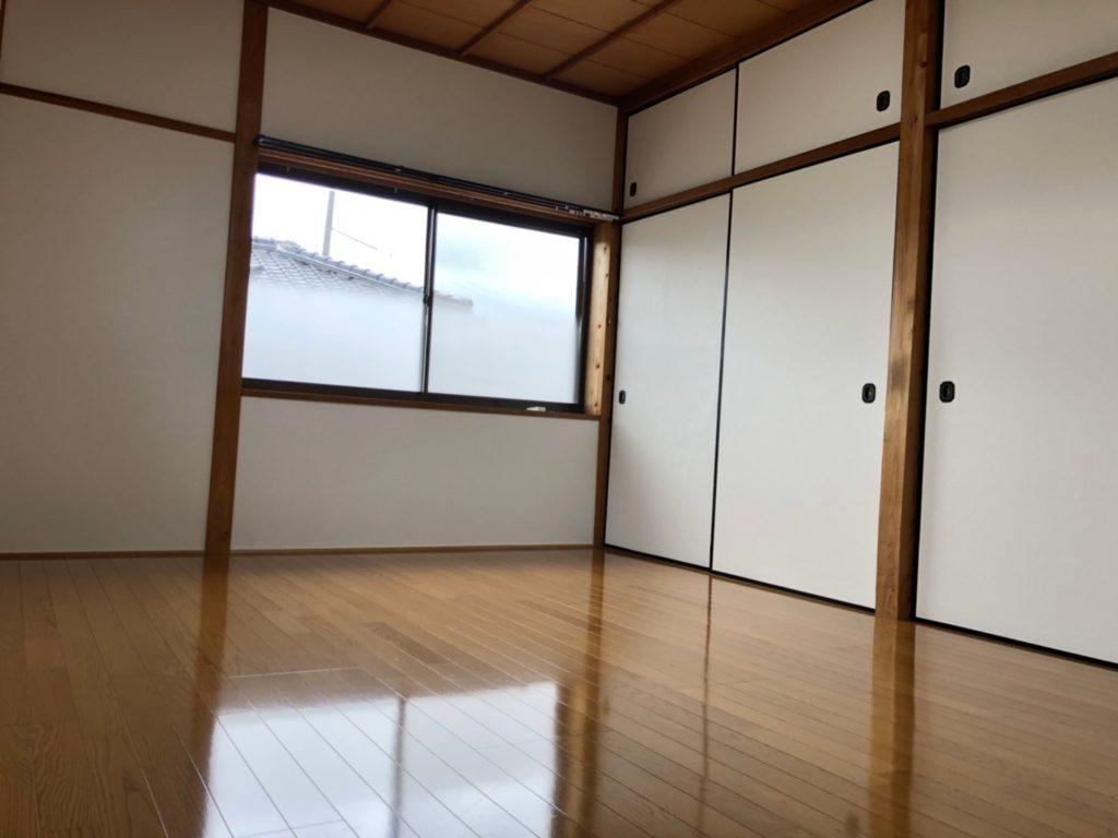 2階洋室。床、クロス張替えました。収納が広くいのでお部屋をすっきり使えます。