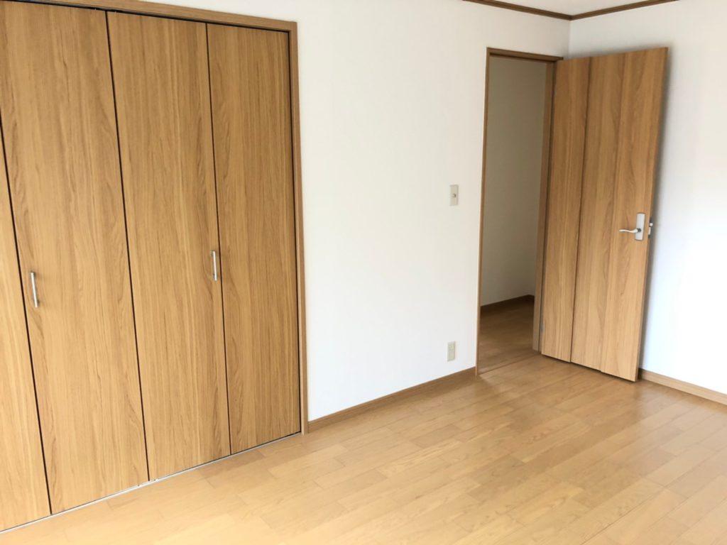 ナチュラルな色の木目でまとめた洋室。建具もクロスも交換済みです。
