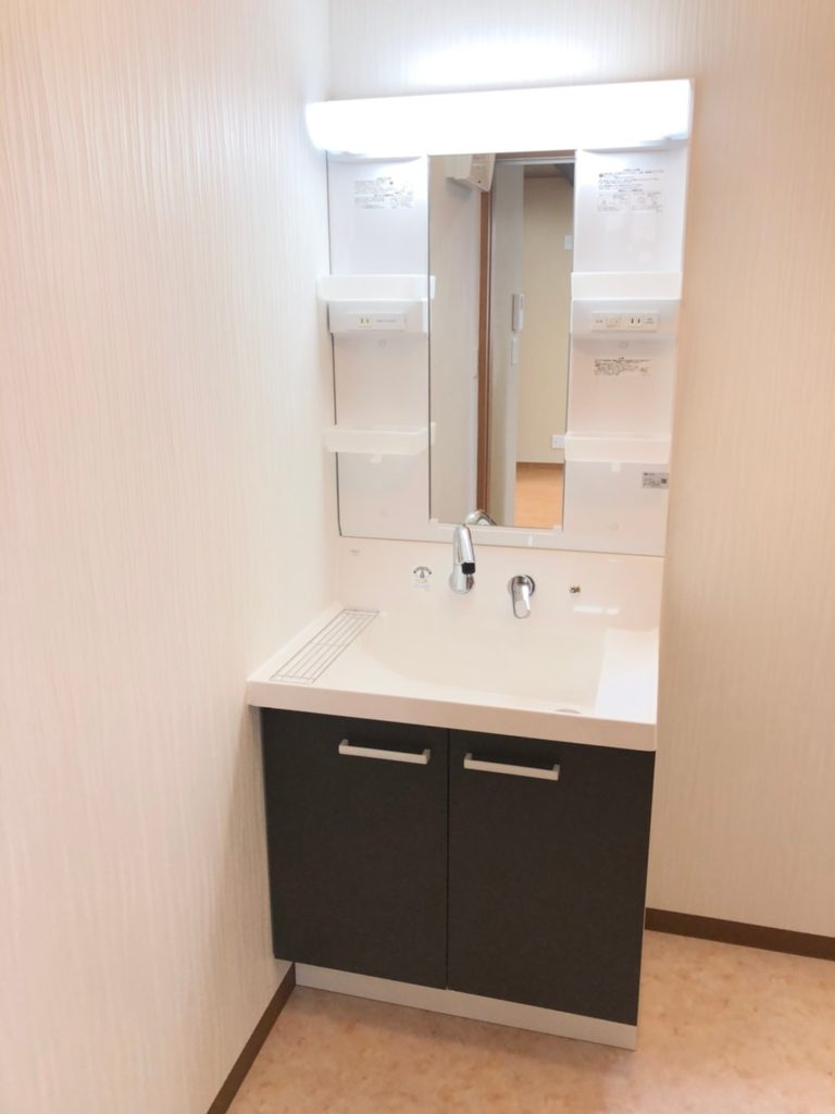 白×ブラウンの洗面台。この水栓のデザインはオシャレなだけでなく、水あかが付きにくいのでキレイな状態を保てますよ♪キッチンから近いので家事導線もバッチリ♪