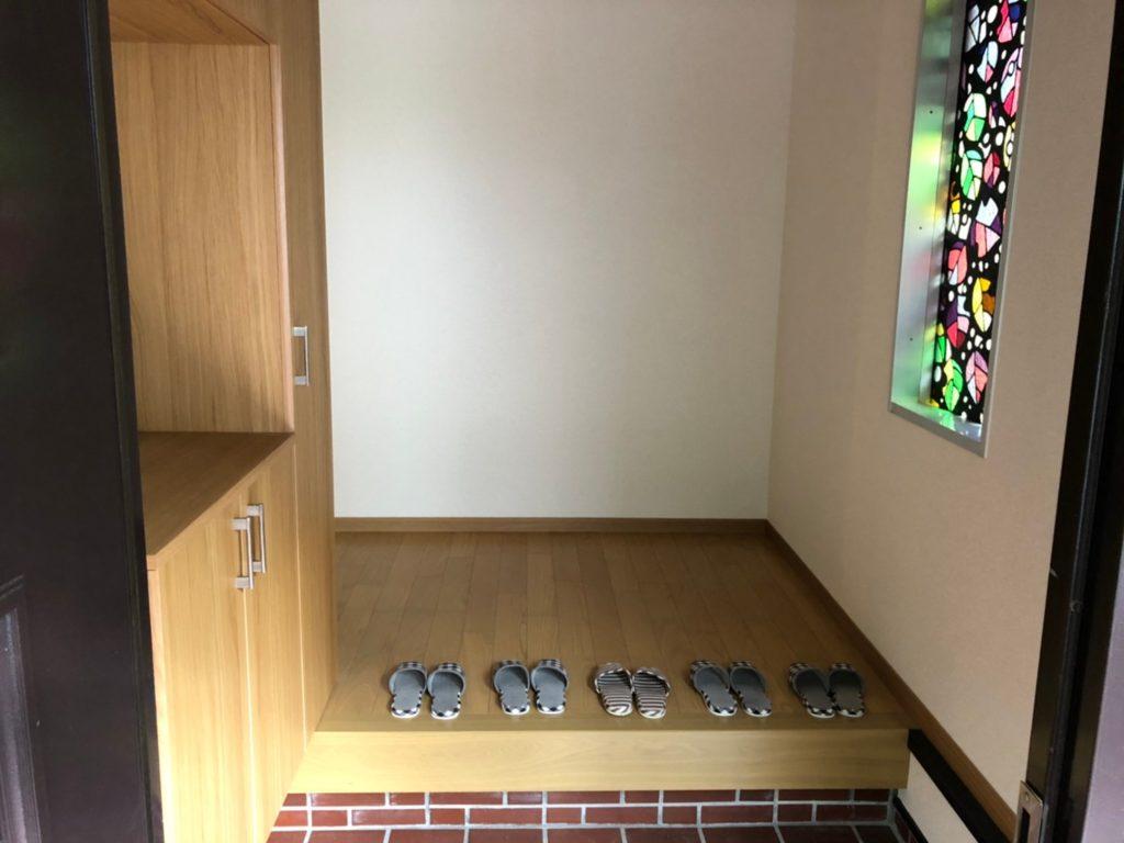 ステンドグラスがおしゃれな玄関。コの字型の大型下足箱を設置しました。(玄関)
