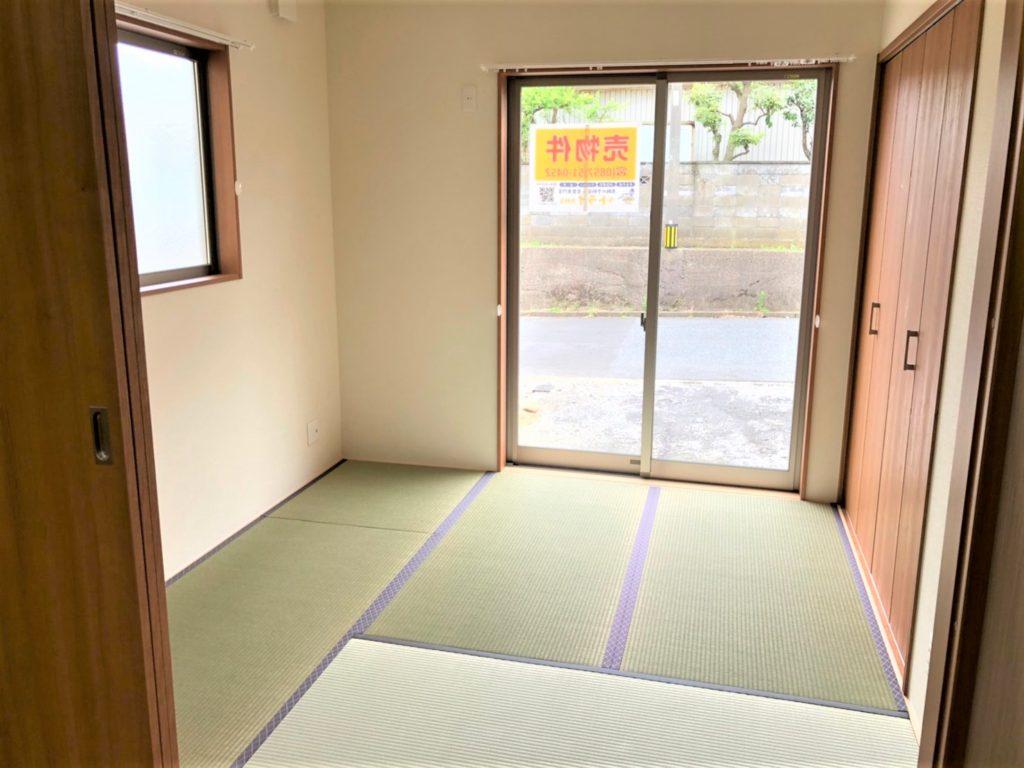リビング横の和室。このスペースが重宝するのです♪お子様のプレイルームやお昼寝、洗濯物をたたんだり、両親の宿泊や老後の寝室にも!(内装)