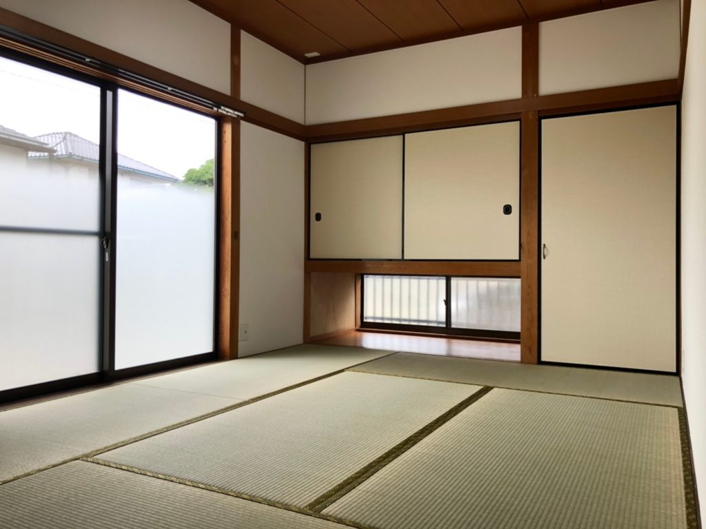 窓が大きくて明るい和室。