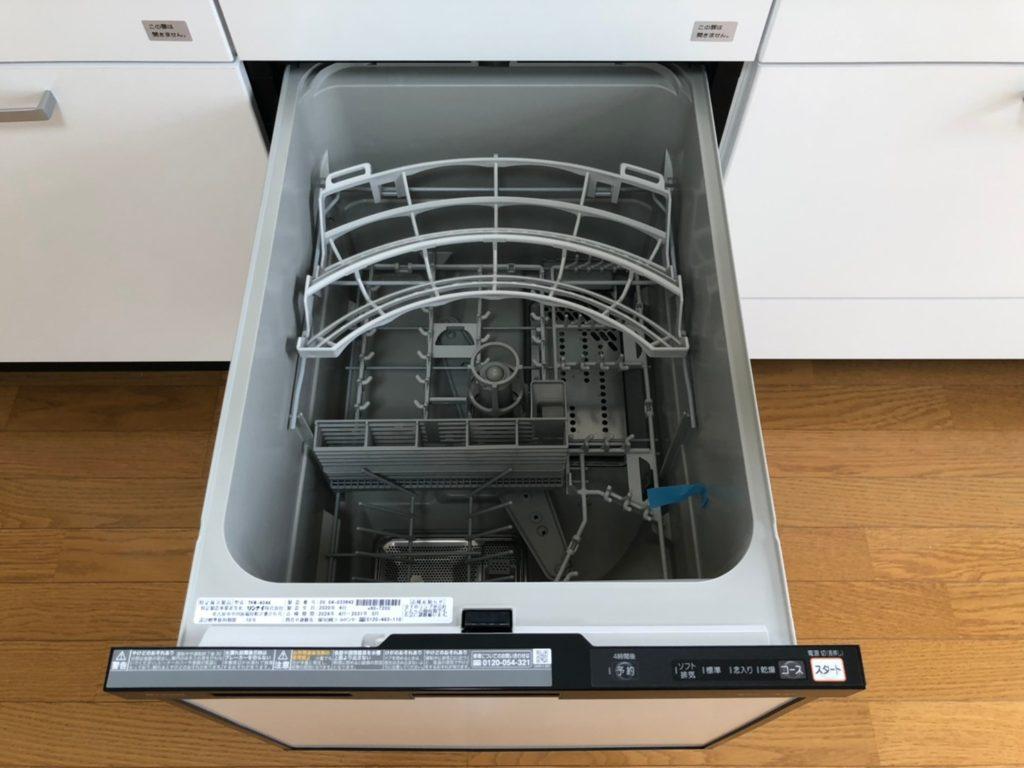食洗機付きのシステムキッチン。手で洗うより光熱費がお得です。