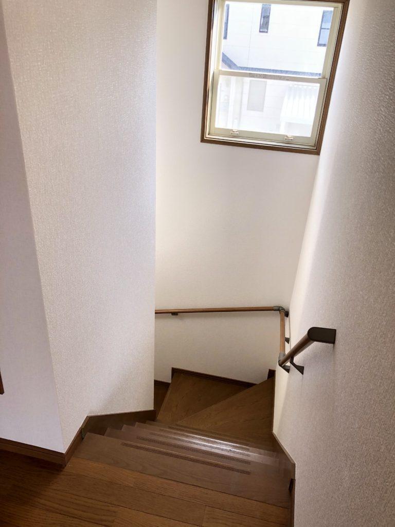 階段には窓があり明るいです。クロス張り替えと、手すりを付けました。