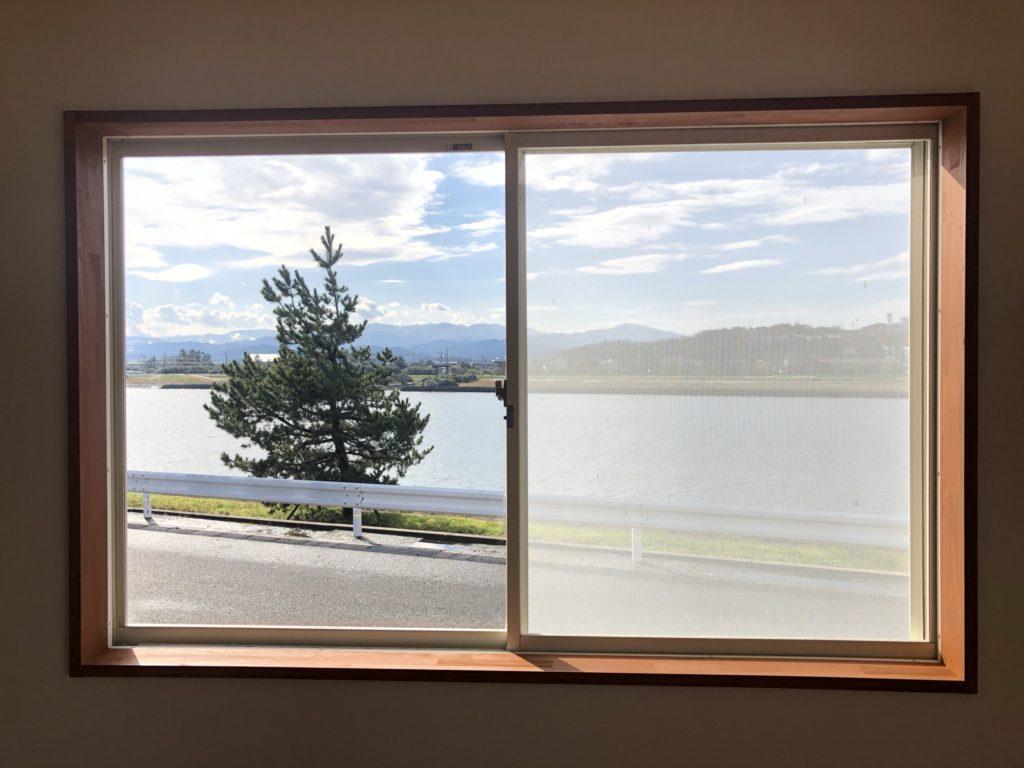 リビングの窓は絵画の様です♪昼もいいですが、夕陽も絶景です。