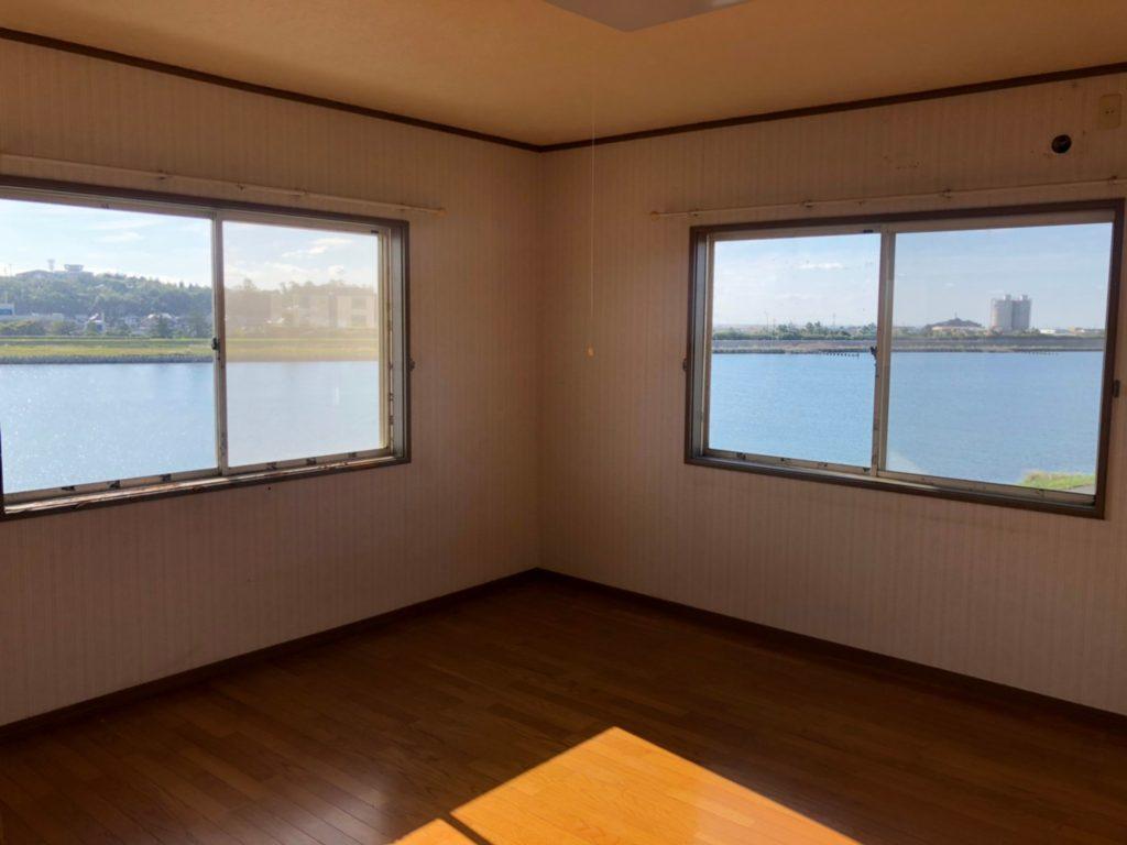 リフォーム前の寝室。海(川)を一望!見晴らしが良く、リゾート気分です♪(寝室)