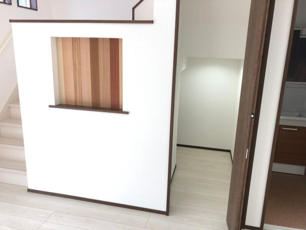 木材を使用したニッチ。写真や小物を飾り付け。階段下収納はニッチの裏側まで広々です。