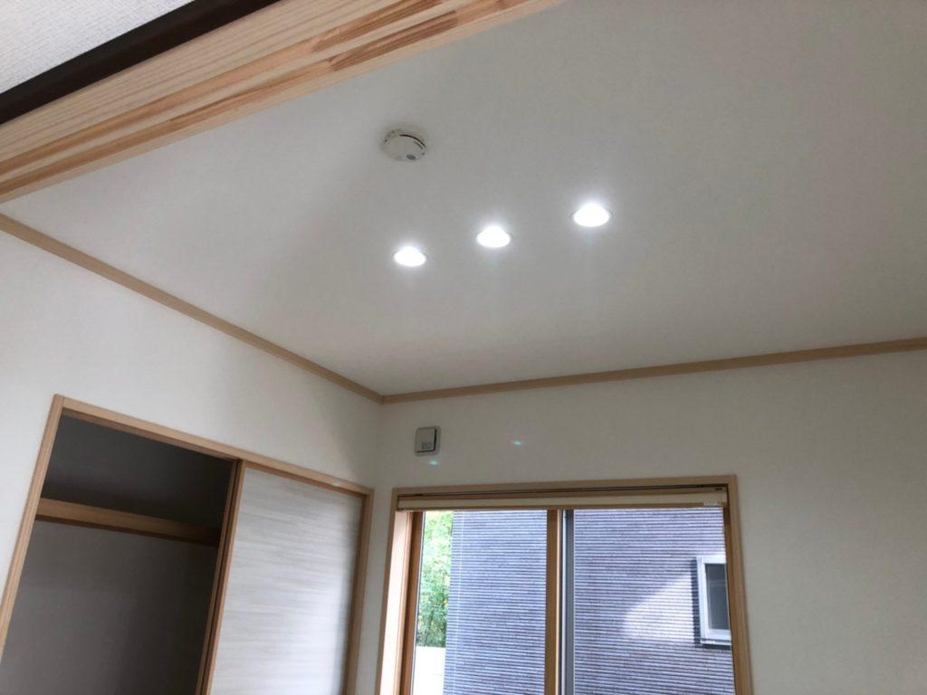和室の照明はダウンライトで和モダンな雰囲気。