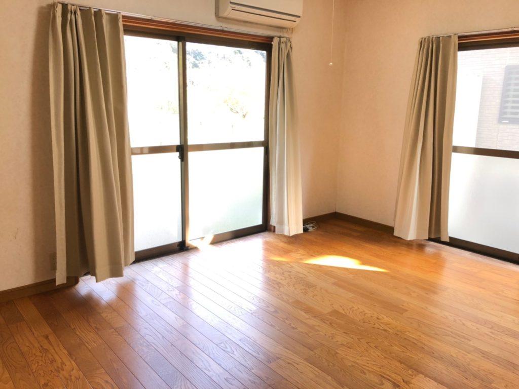 キッチン横のダイニング。窓が多くて明るい印象です。(居間)