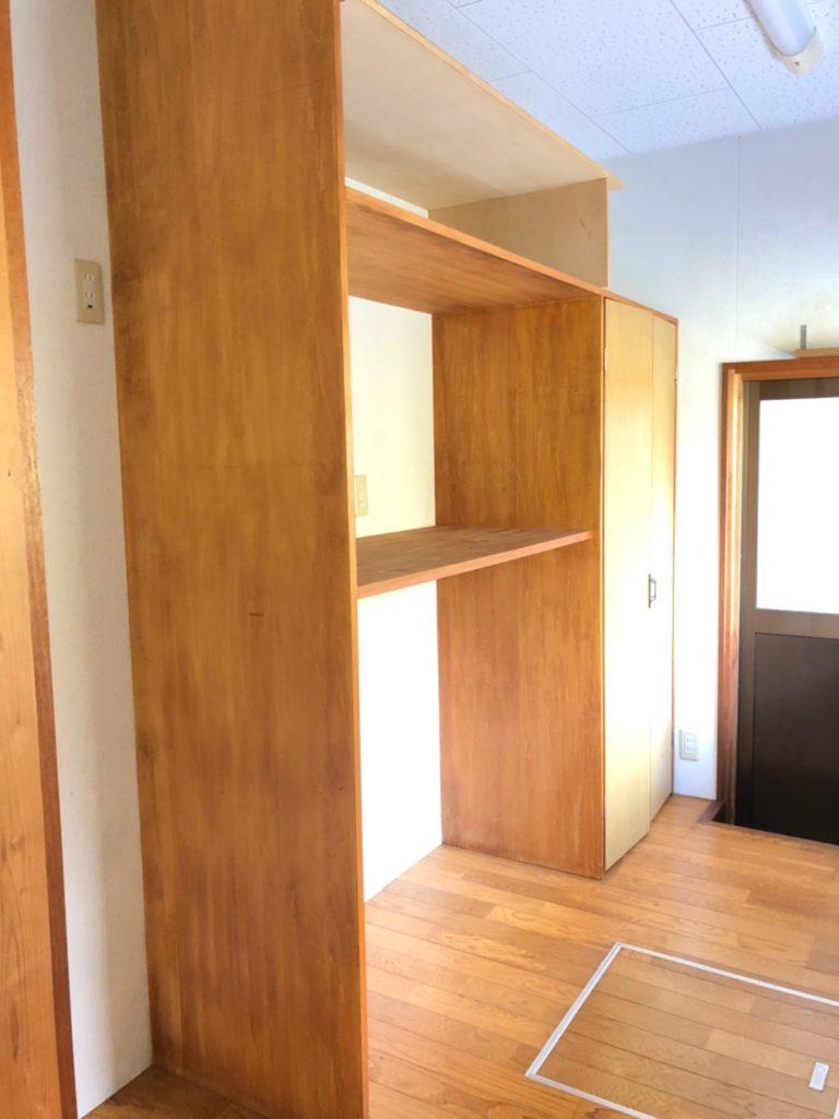 キッチンの後ろには棚と収納があります。レンジやトースターも置けます♪(キッチン)