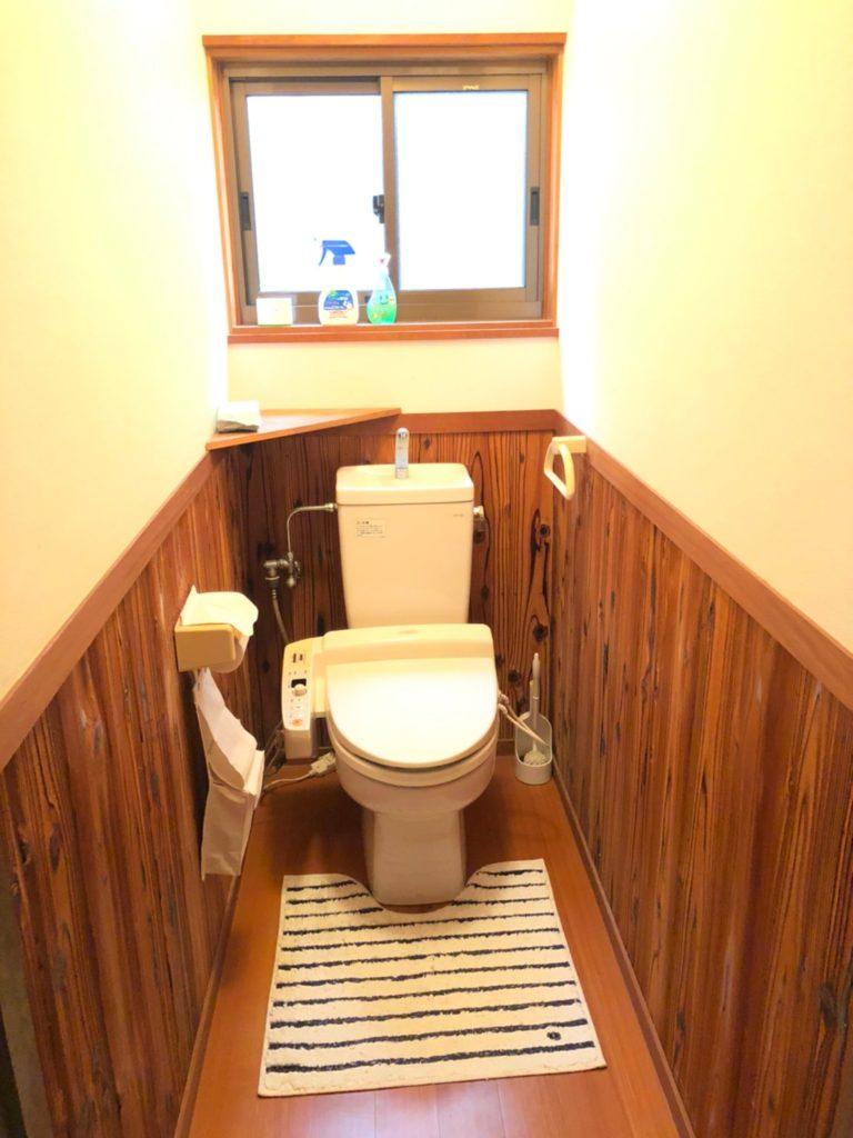 木の雰囲気がおしゃれなトイレです。温水洗浄暖房便座。