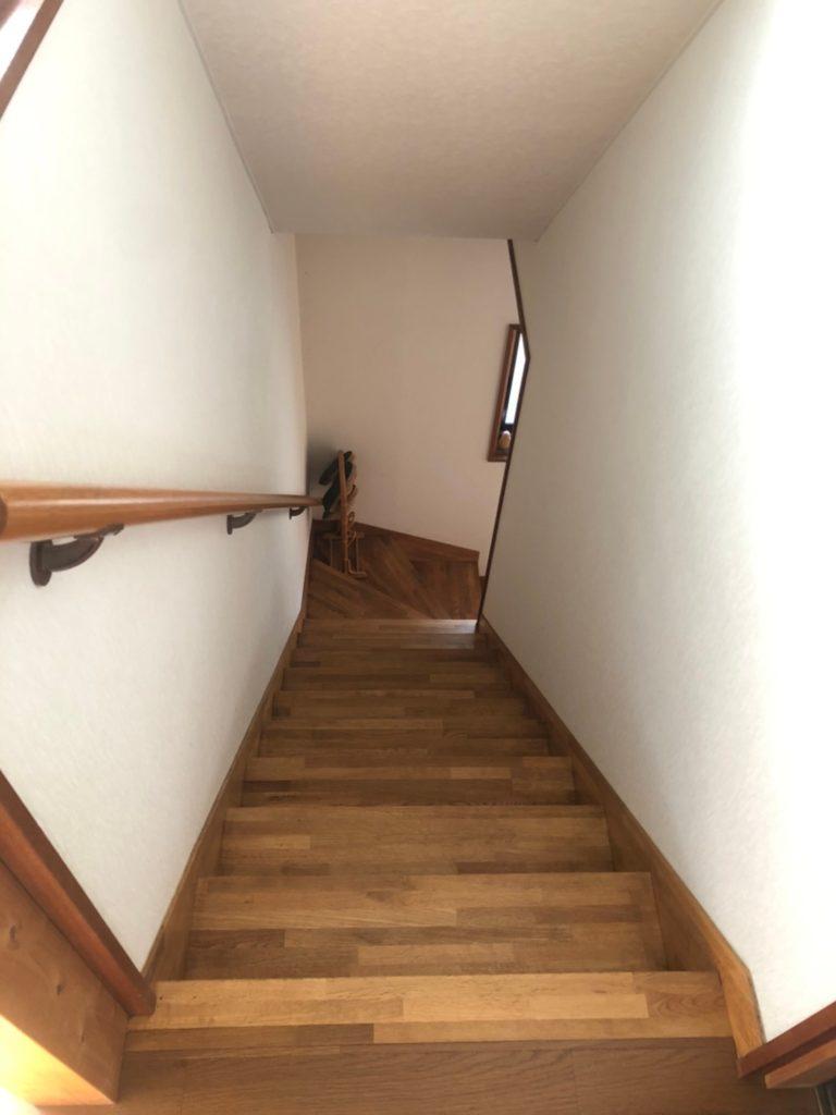 手すり付きの階段。