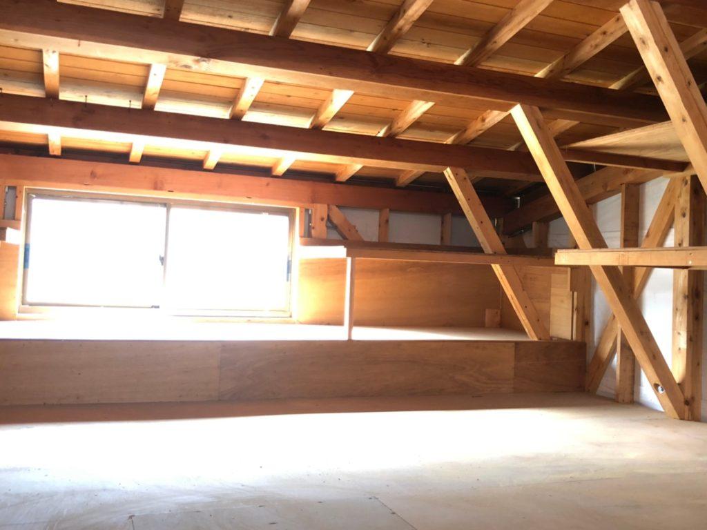 車庫2階の倉庫。歩けるくらいの高さです。