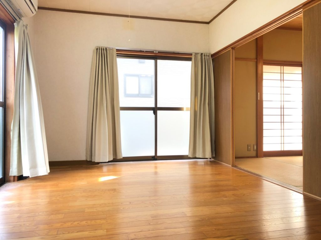 キッチン横のダイニング。和室とは扉で仕切れます。広いリビングとして使いやすそうです。(居間)
