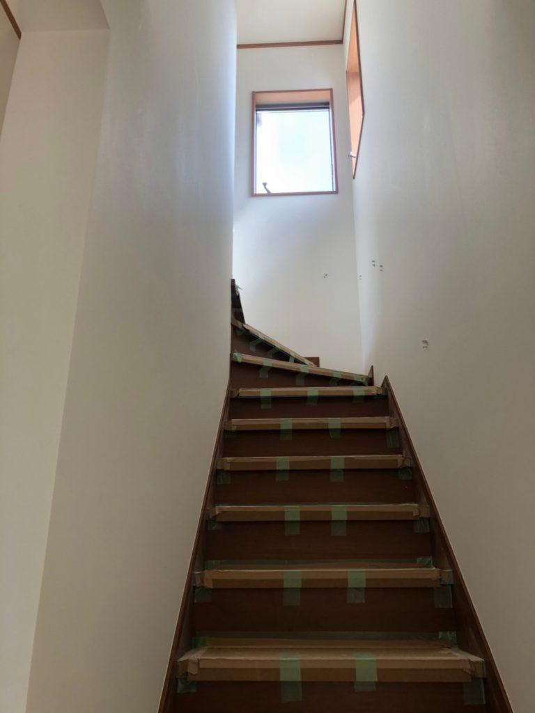 階段。窓があり明るいです♪