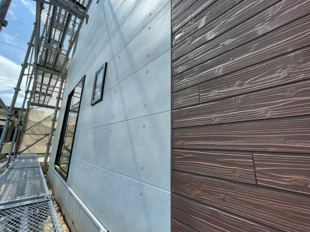 外壁はコンクリート調と木目調のMIX